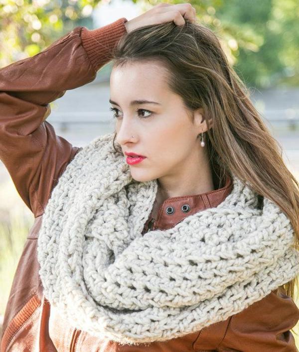 foulard-tube-un-gros-foulard-et-un-jacket-en-cuir