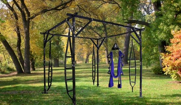 idée-de-balançoire-d'extérieur-comme-une-construction-en-fer-du-jardin-pour-un-abris