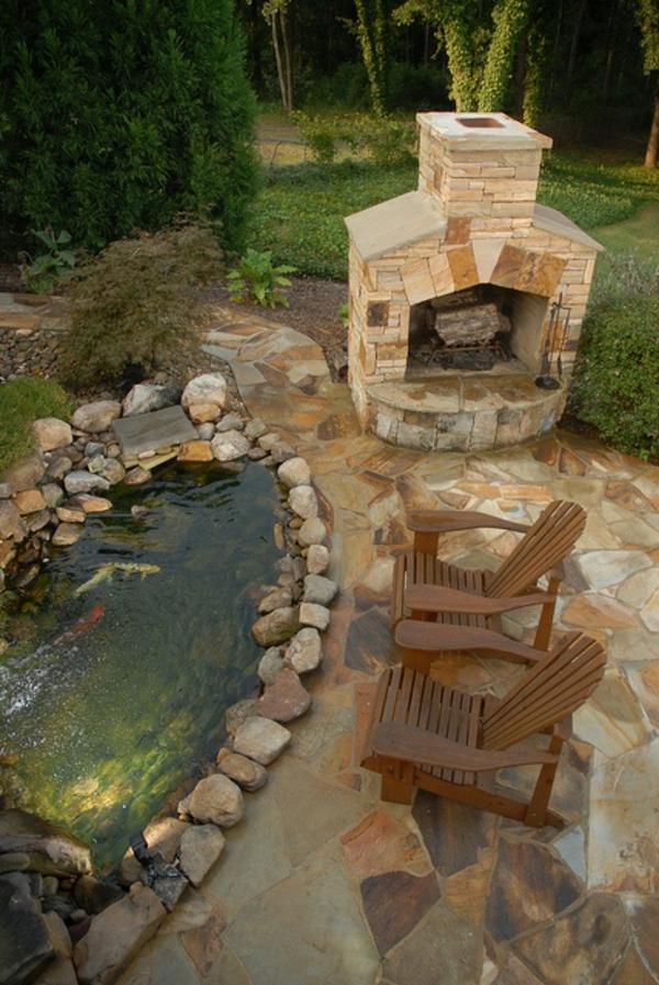 jardin-aquatique-deux-chaises-et-une-cheminée-en-pierre