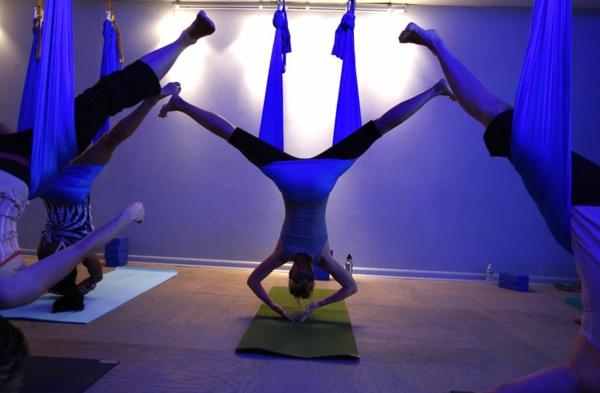 jolie-swi,g-yogq-en-bleu-pour-un-studio-de-yogq-et-design-moderne