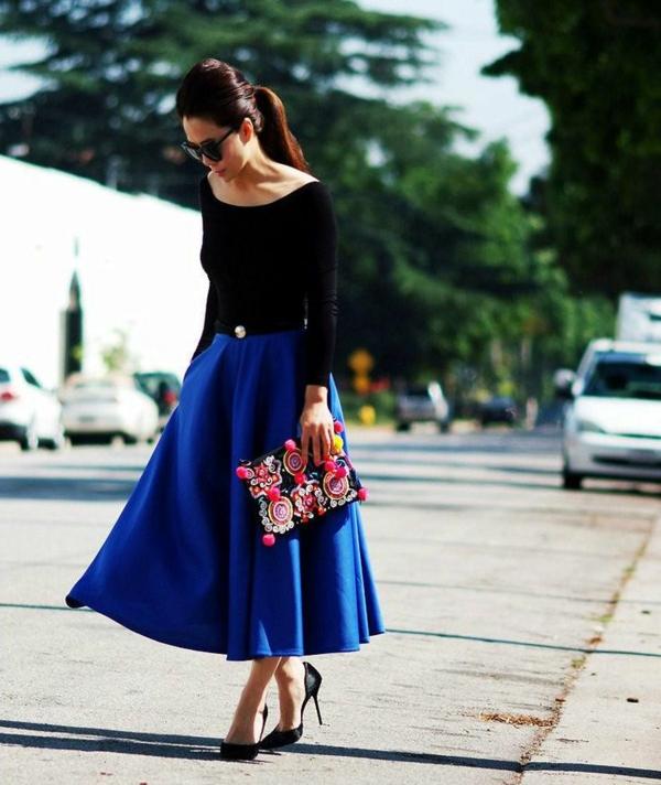 jupe-évasée-bleue-et-une-blouse-noire