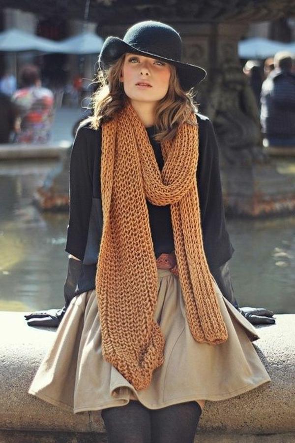 jupe-évasée-et-un-foulard-tricoté