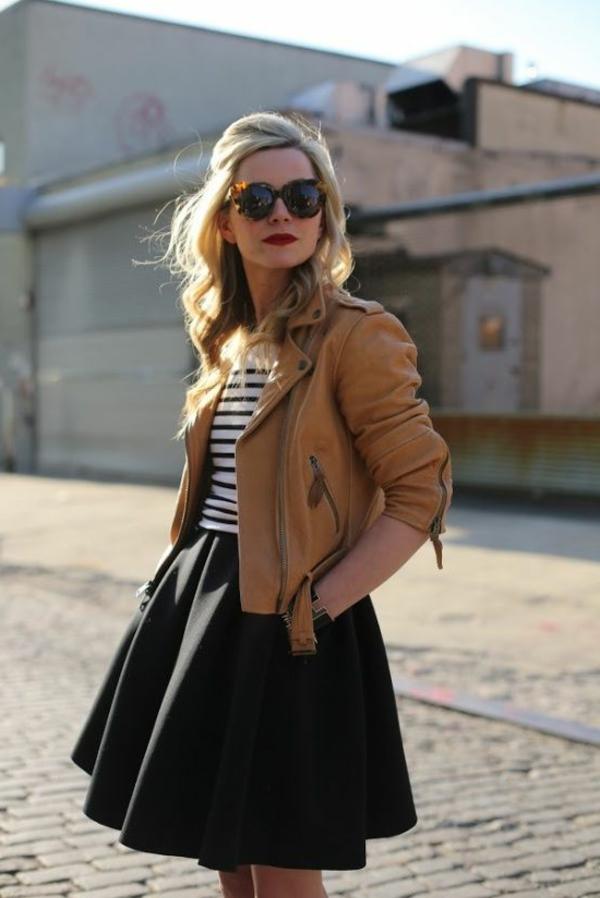 jupe-évasée-et-une-veste-en-cuir-beige