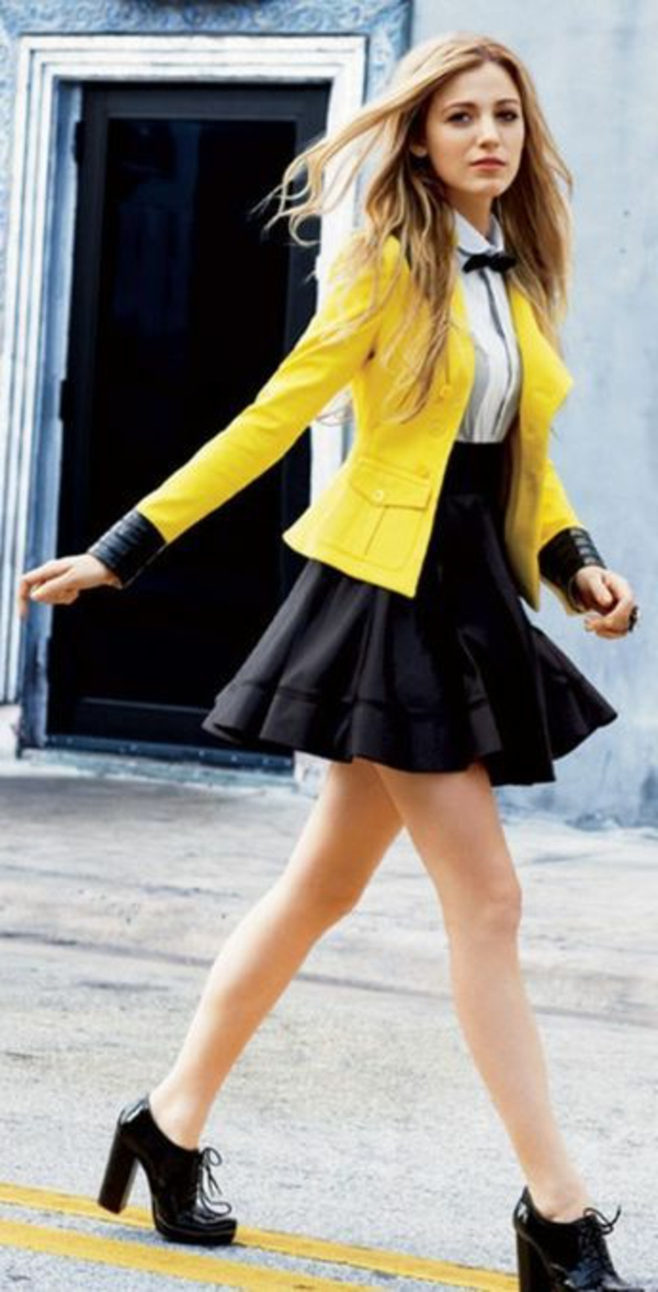 jupe-évasée-noire-et-une-veste-jaune