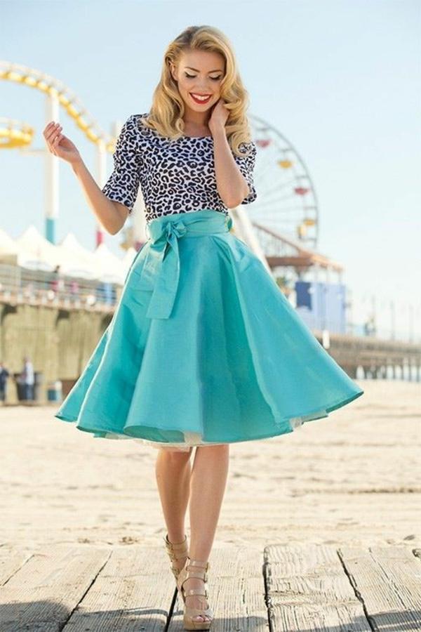 jupe-évasée-superbe-une-jupe-bleue-évasée