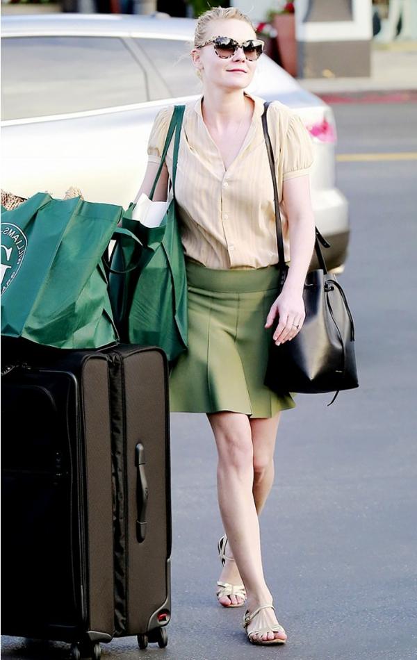 jupe-évasée-verte-et-chemise-jaune-pâle