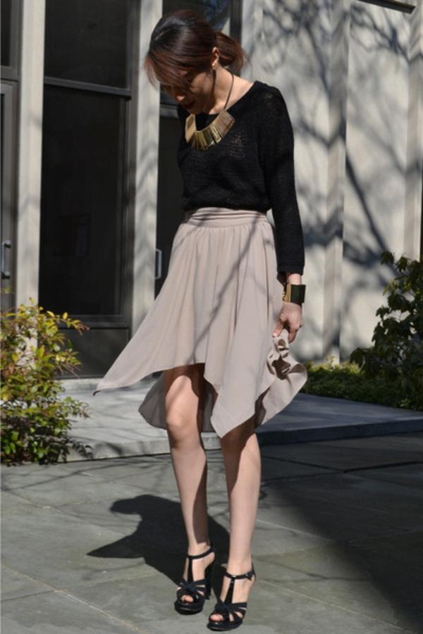jupe-asymétrique-beige-et-une-blouse-noire