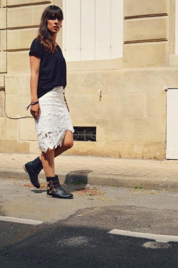 jupe-asymétrique-blanche-et-bottes-noires
