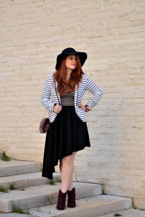 jupe-asymétrique-et-une-veste-rayée