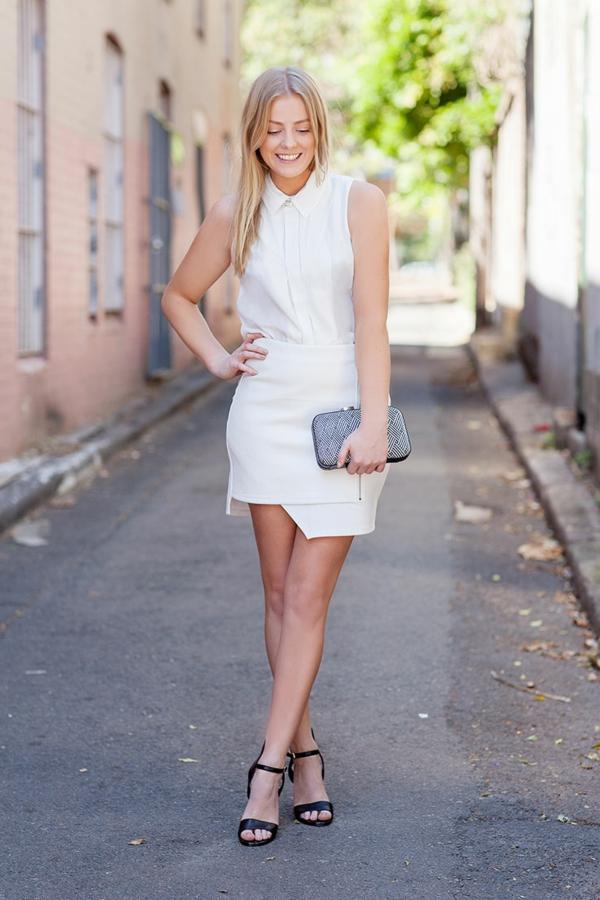 jupe-asymétrique-une-jupe-courte-blanche