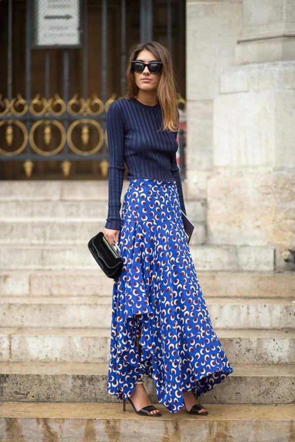 jupe-asymétrique-une-longue-jupe-bleue