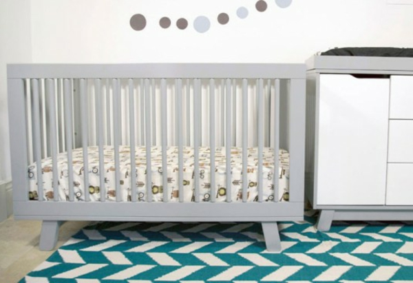 lit-design-retro-et-coolen-gris-avec-un-tapis-coloré