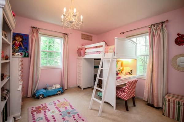 lit-surélevé-lit-blanc-dans-une-chambre-rose-d'enfants