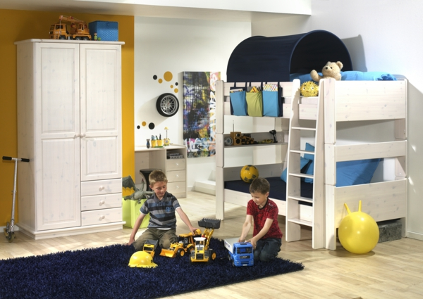 lits-superposés-armoire-blanche-et-un-tapis-bleu-rectangulaire