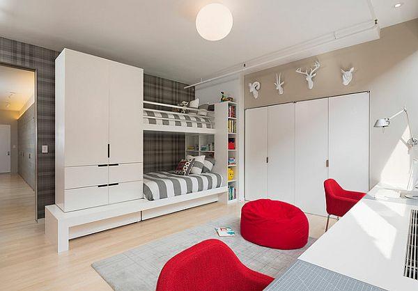 lits-superposés-deux-chaises-et-un-pouf-rouge