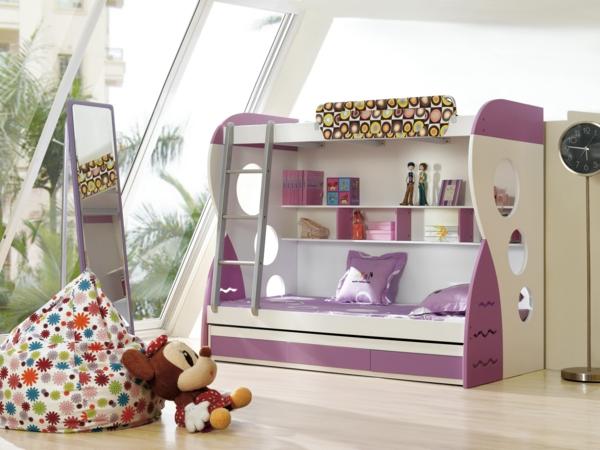 lits-superposés-grand-miroir-rectangulaire-un-pouf-bariolé
