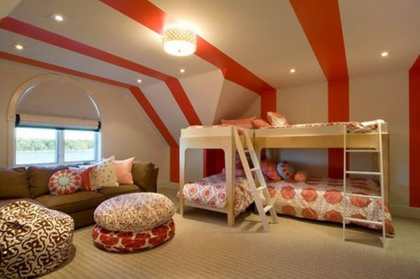 lits-superposés-plafond-original-grands-coussins-au-sol
