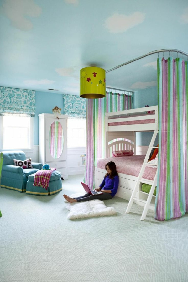 lits-superposés-plafonnier-original-plafond-bleu