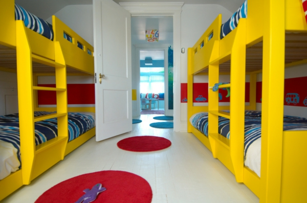 lits-superposés-quatre-lits-avec-échelles