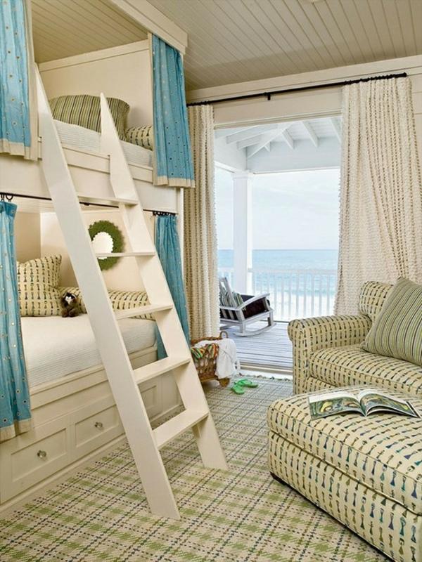lits-superposés-blancs-rideaux-turquoises-et-échelle-blanche