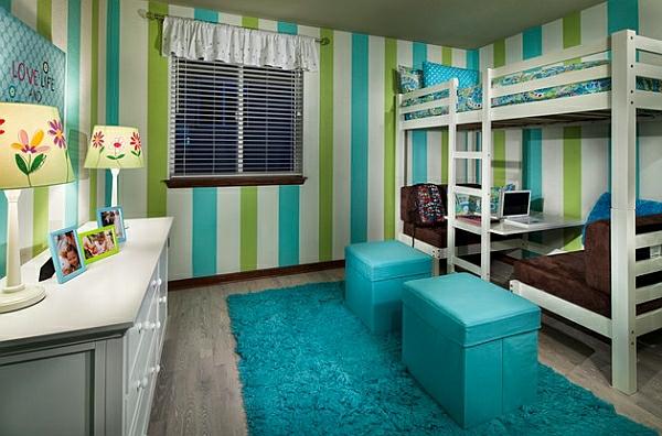 lits-superposés-tapis-et-tabourets-turquoises