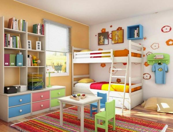 lits-superposés-une-étagère-et-petite-table-avec-deux-chaises