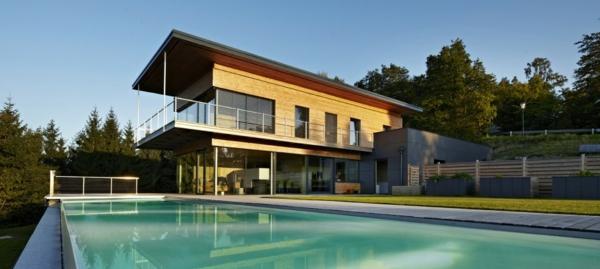 maison-passive-avec-une-grande-piscine-rectangulaire