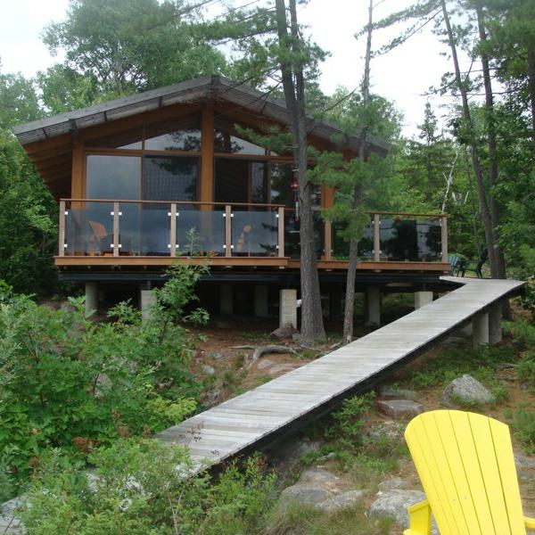 maison-passive-un-gîte-dans-la-forêt-et-une-allée-originale