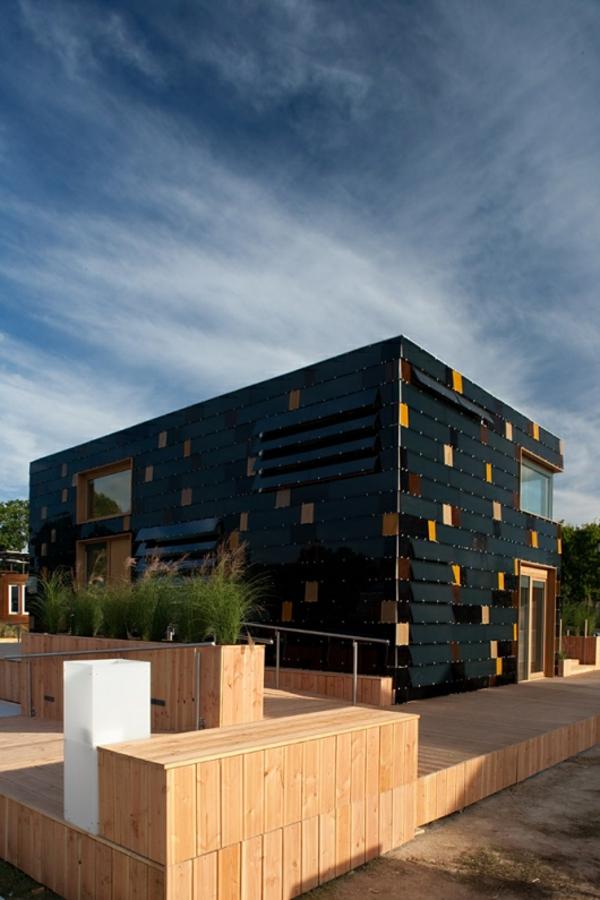 maison-passive-une-maison-noire-rectangulaire