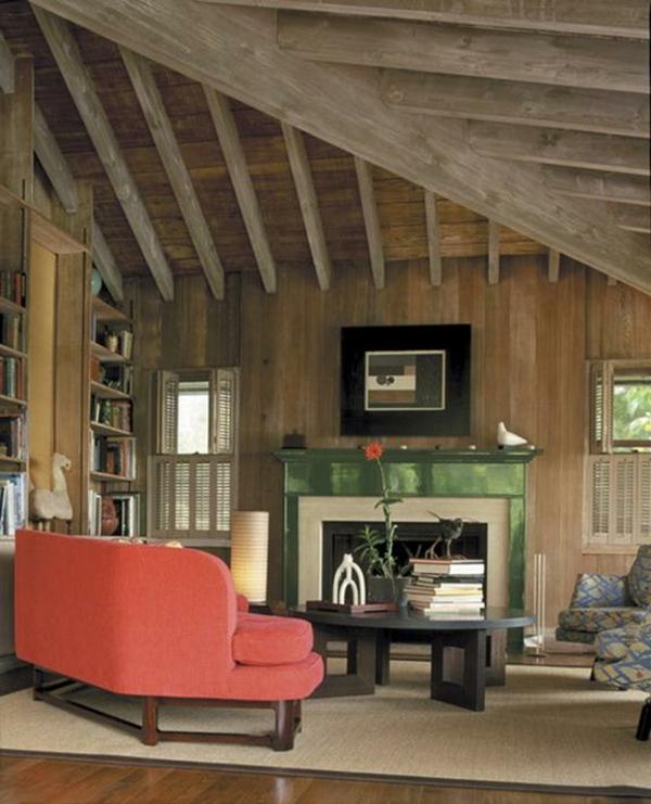menuisierie-intérieure-maison-rustique-et-sofa-rouge