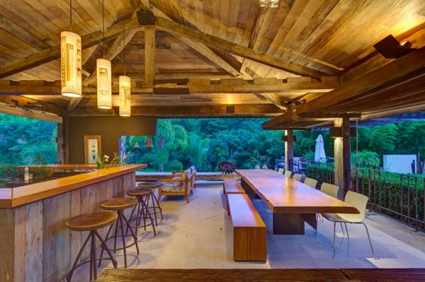 menuisierie-intérieure-un-bar-et-une-grande-table