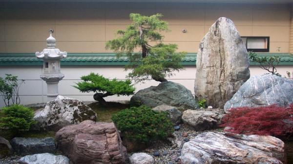 mini-jardin-japonais-grandes-pierres-et-bonsais-fantastiques