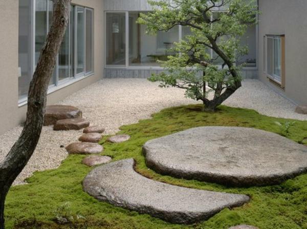 mini-jardin-japonais-un-arbre-et-deux-grandes-pierres