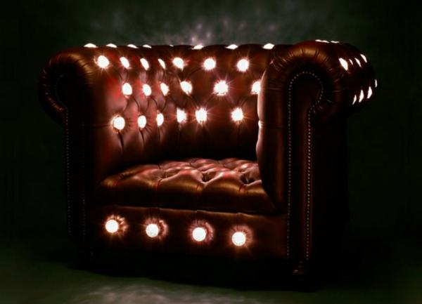 original-fauteuim-en-cuir-avec-des-lampes-pour-votre-confort-et-cosy-style-du-salon