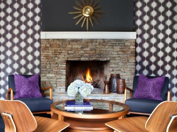 papier-peint-graphique-chaises-en-bois-et-foyer-en-pierre