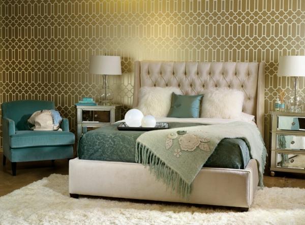 papier-peint-graphique-doré-dans-une-chambre-de-coucher