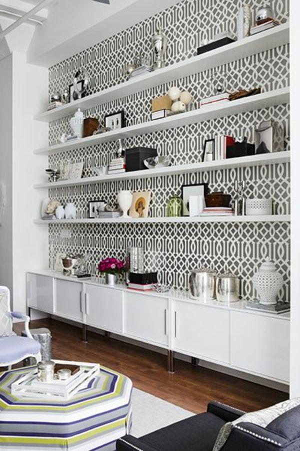 papier-peint-graphique-et-une-étagère-murale-blanche