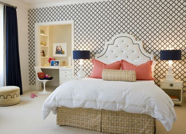 papier-peint-graphique-motifs-géométriques-et-tête-de-lit-vintage
