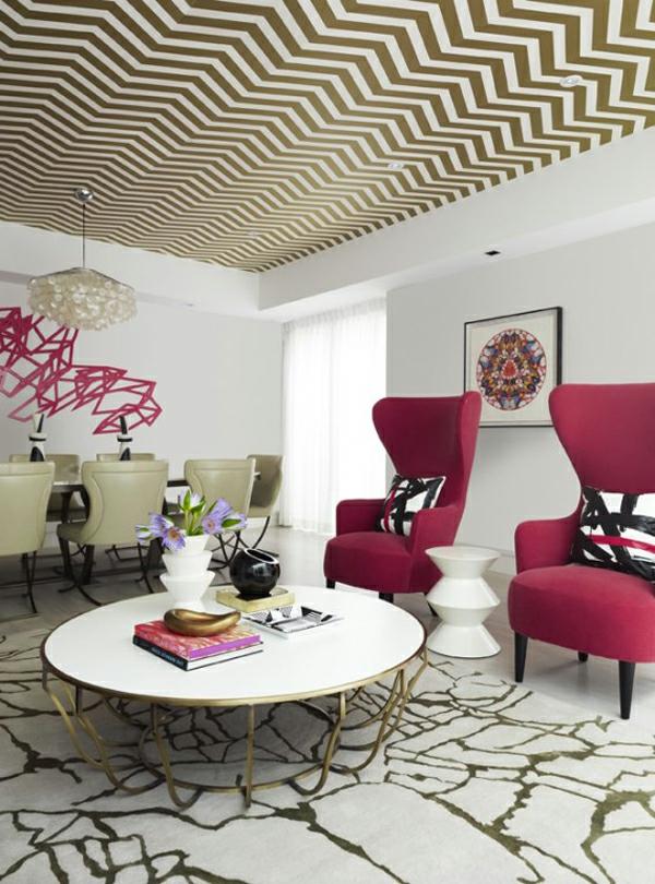 papier-peint-graphique-pour-le-plafons-et-deux-grands-fauteuils-rouges