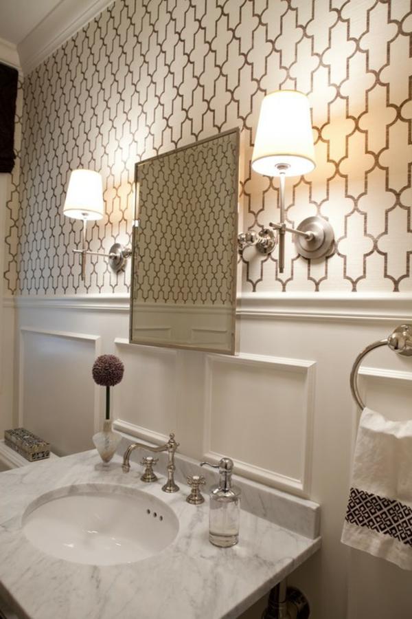papier peint graphique dans une salle de bains luxueuse