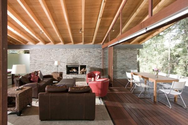 pierre-naturelle-pour-l'intérieur-grande-baie-vitrée-plafond-en-bois