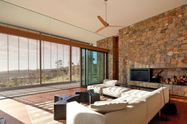 ... minimaliste, sofas beiges et revêtement mural en pierre naturelle