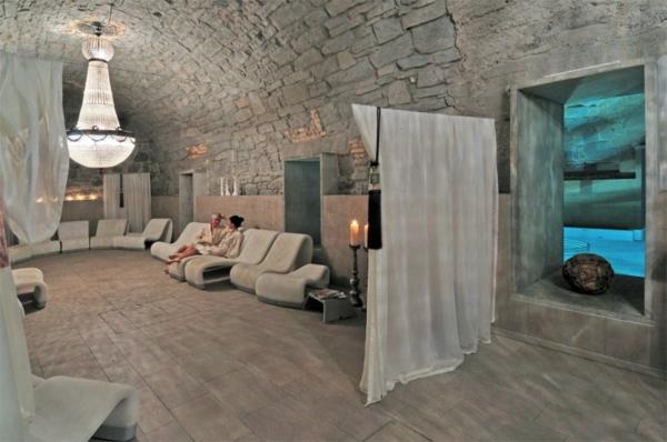 pierre-naturelle-pour-l'intérieur-une-salle-en-pierre-près-d'une-piscine