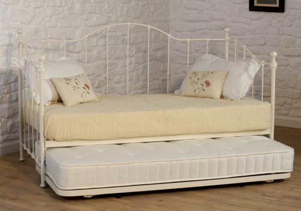 pratique-lit-decoration-en-blanc-vintage-et-des-coussins-décoratives