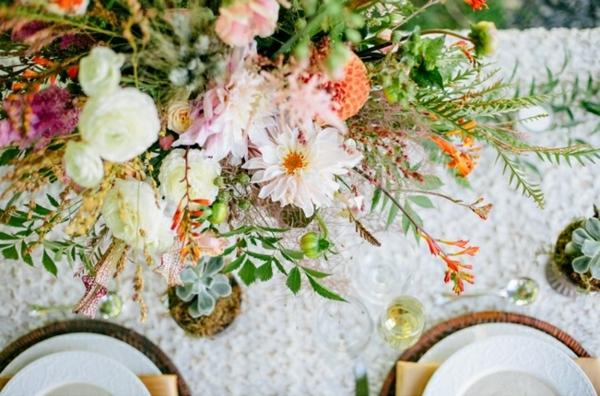 romantique-design-du-table-avec-des-fleurs-de-mariage