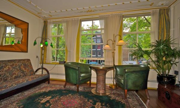 style-art-déco-fauteuil-verts-tapis-splendide-plafond-aux-ornements-dorés