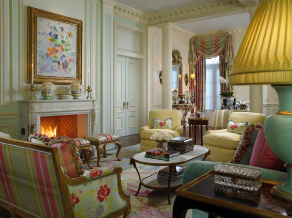 style-art-déco-fauteuils-et-tabourets-charmants-une-grande-lampe-à-abat-jour