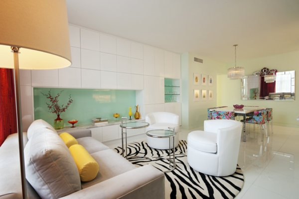 style-art-déco-plafonnier-remarquable-fauteuils-blancs-prints-animaux