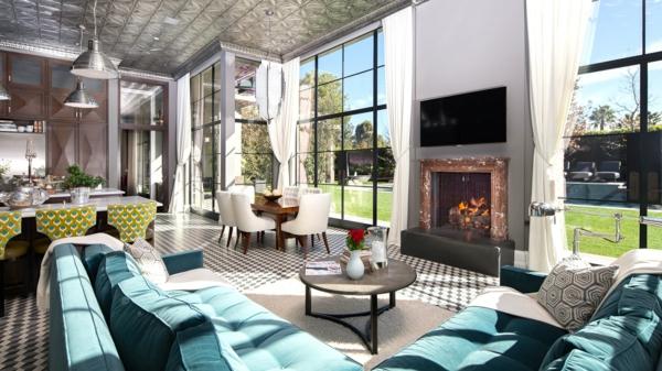 style-art-déco-sofas-turquoises-plafond-gris-une-cheminée-et-grandes-fenêtres