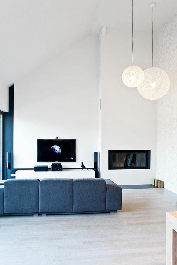 suspension-boule-deux-suspensions-boules-sofa-bleu-intérieur-minimaliste